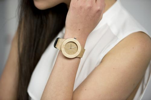 01-drevene-naramkove-hodinky.jpg